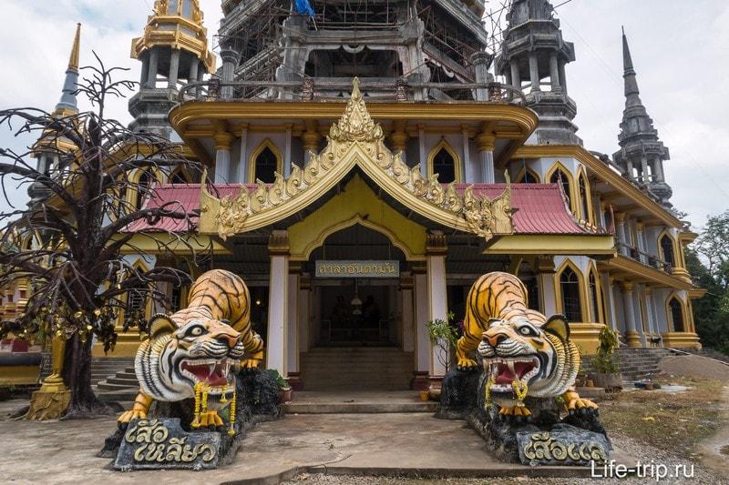 Вход в пагоду Храма Тигра.