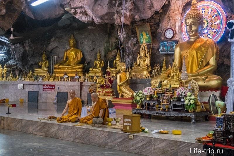 Монахи сидят в той половине, что под скалой