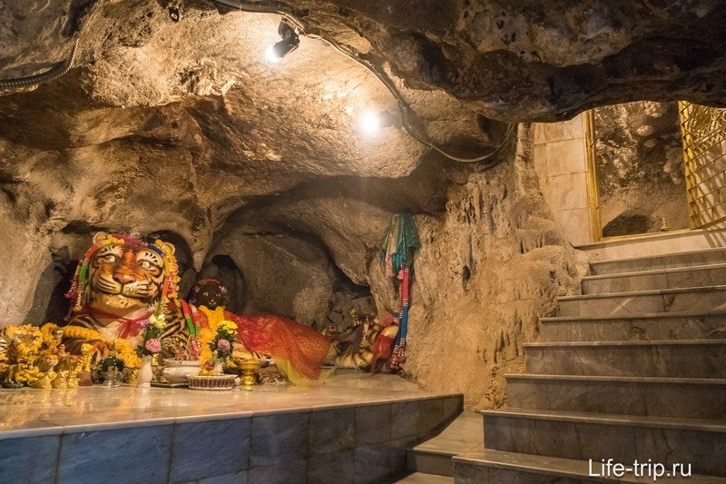 Позади монахов - проход в узкий коридор с пещерками