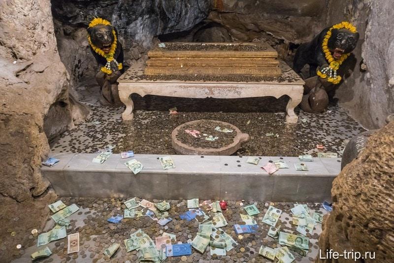 В одной из пещерок лежит отпечаток ноги Будды