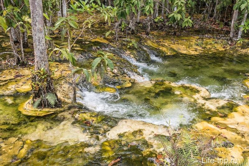 В узких местах вода бурлит и ускоряется.