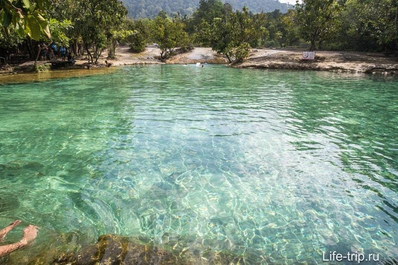 Изумрудное Озеро, оно же Emerald Pool. Глубина около 1,5 метров. Камни вокруг нереально скользкие