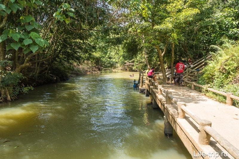 На речке есть причал, с которого можно попрыгать и залезть обратно на источники