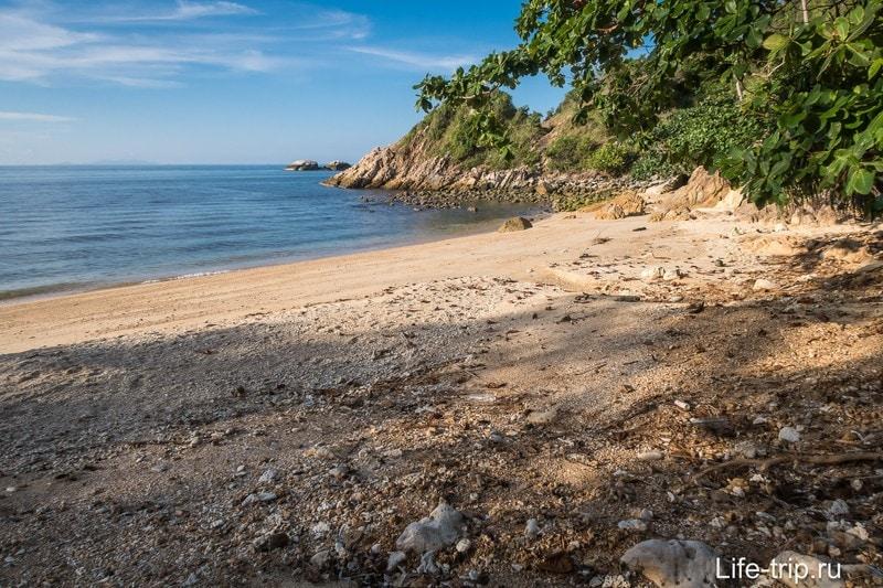 Вид вправо из центра, состояние берега удручает.