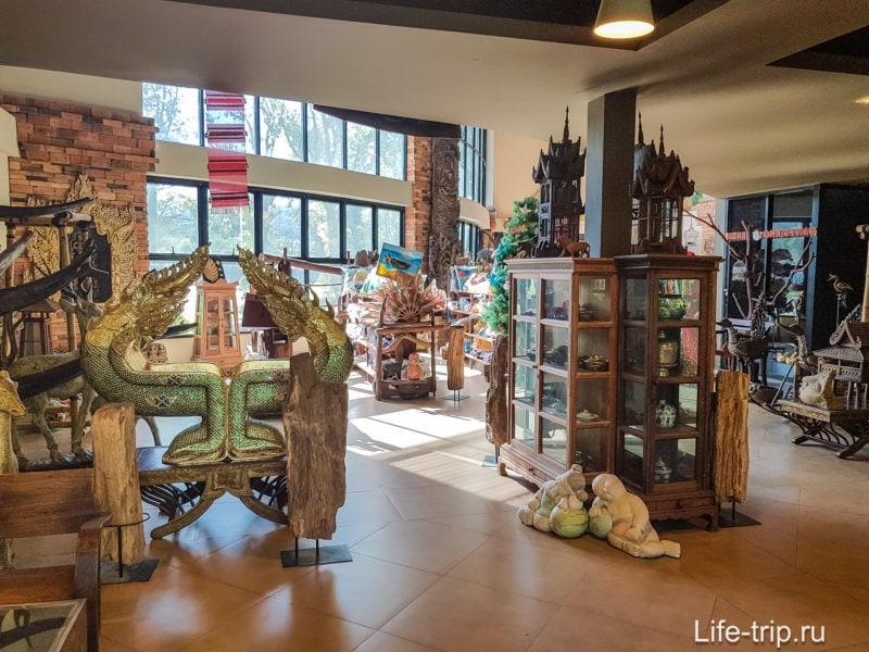 Сувенирный магазин на выходе сам похож на музей