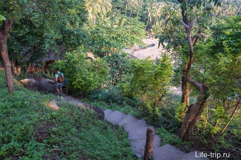 Вниз на Хаад Тиен ведет каменная лестница