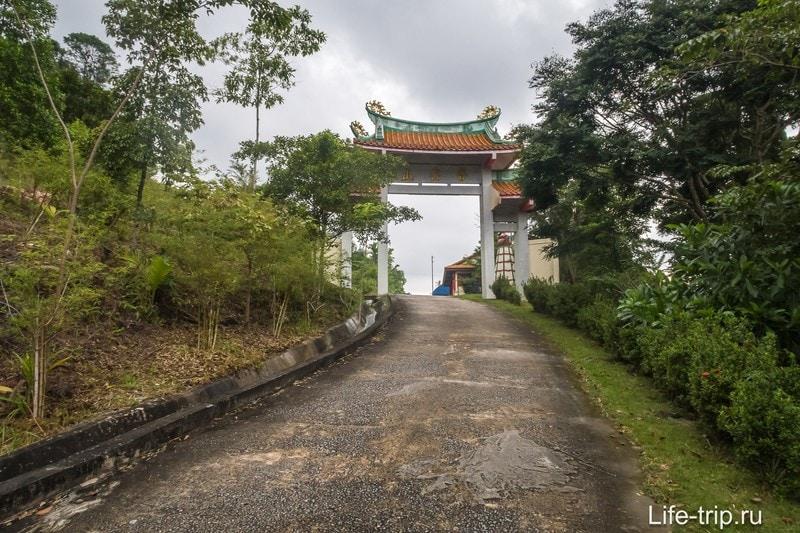 Въезд к китайскому храму с трассы
