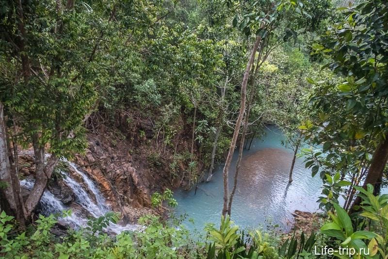 В самом конце территории есть водопад