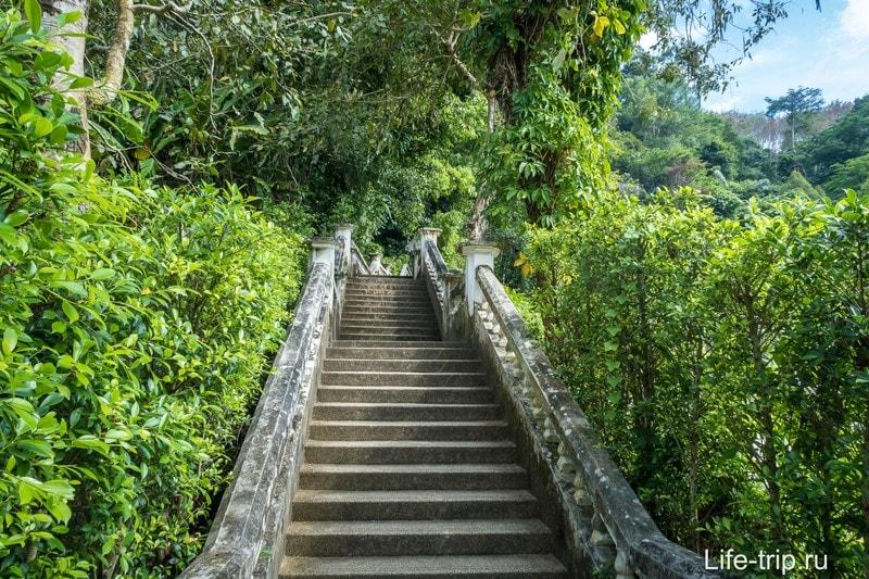 Идем до водопада по лестнице