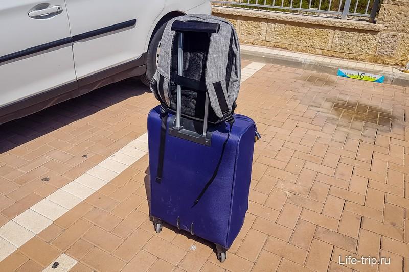 А вот на большой чемодан так уже не поставишь