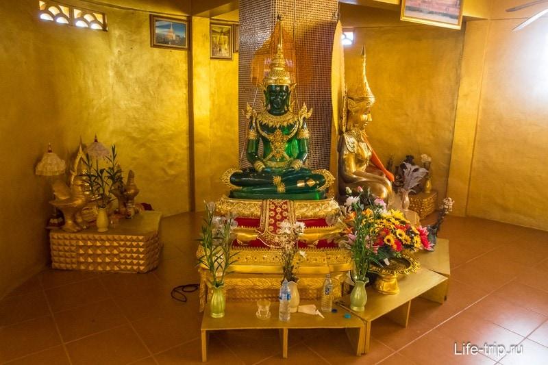 Внутри золотого камня статуя Будды