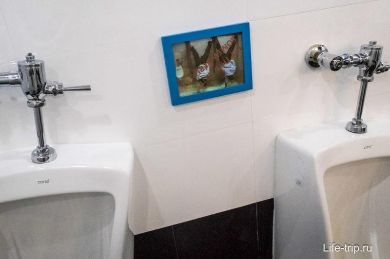 В мужском туалете просят не делать ничего вверх ногами
