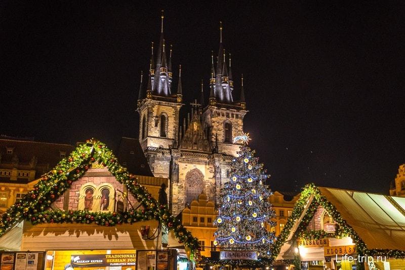Перед рождеством на каждой площади рынок и елка