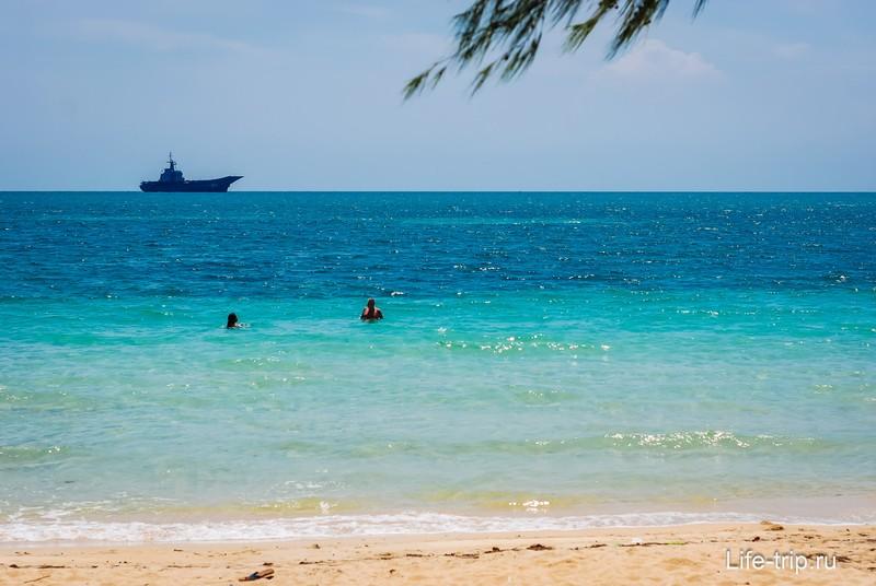 Военный корабль - рядом военная база