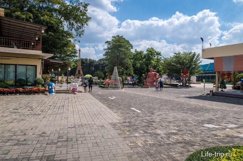 Вид от входа в Мини Сиам