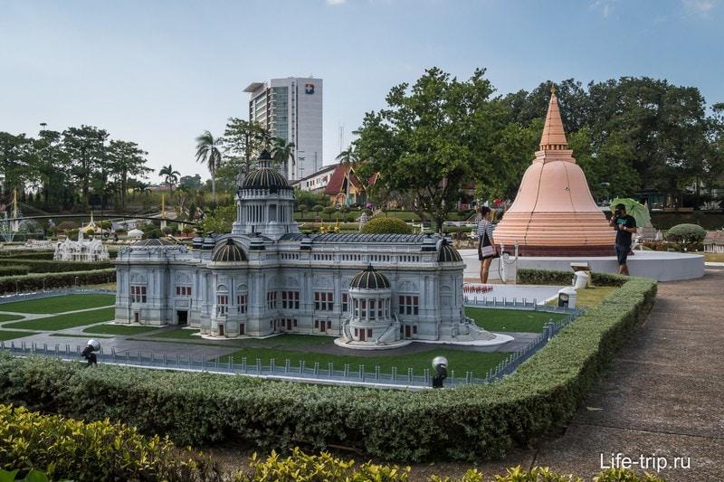 Макеты на фоне здания Бангкок Интернейшнл Госпиталя