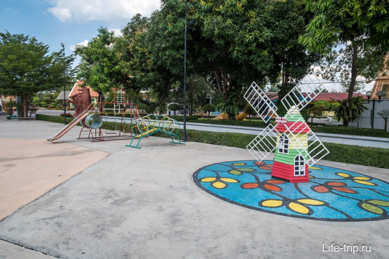 Маленькая детская площадка на территории
