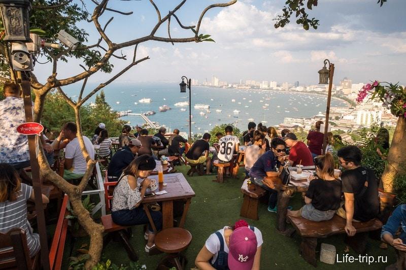 Кафе с видом на город