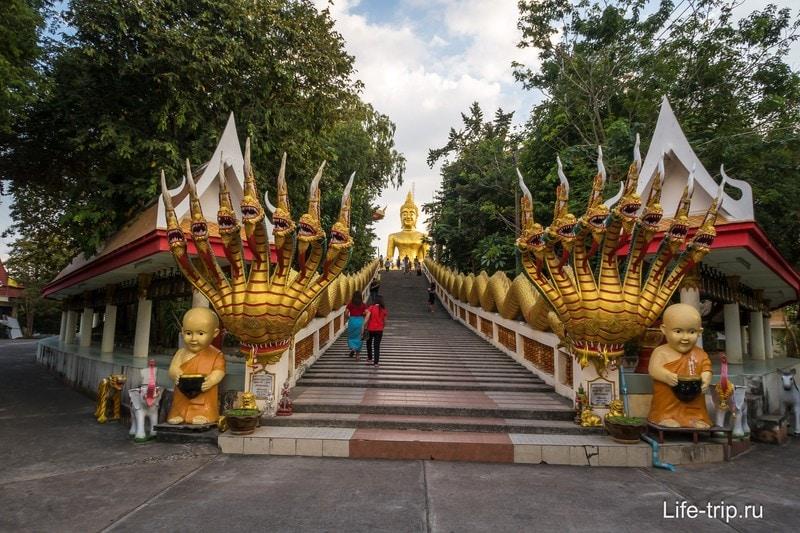 Лестница к статуям Будды
