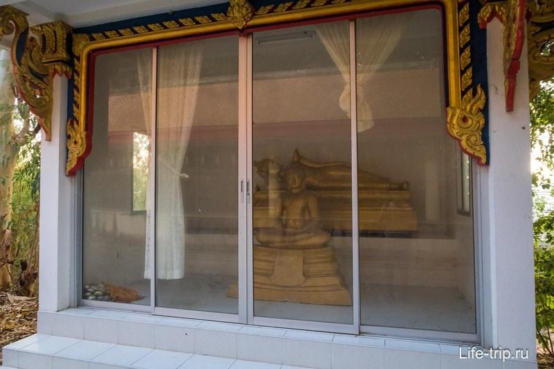 Статуи Будд в закрытых павильонах