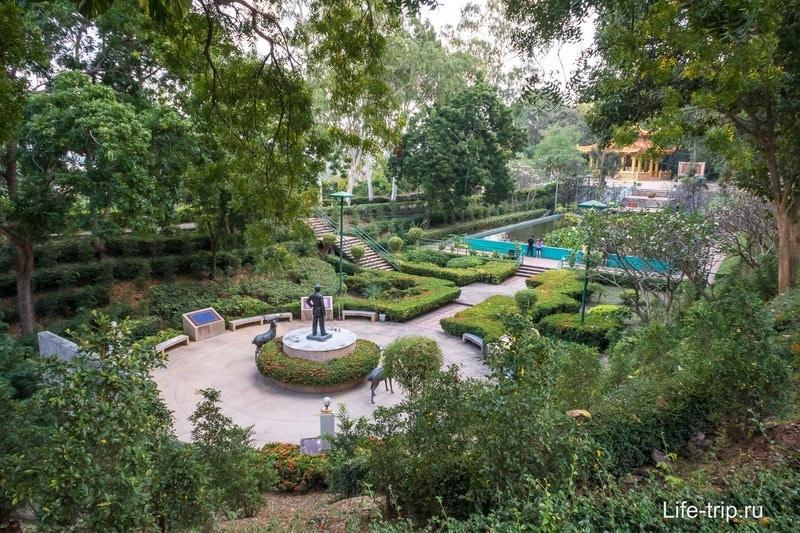 Небольшой парк с памятником