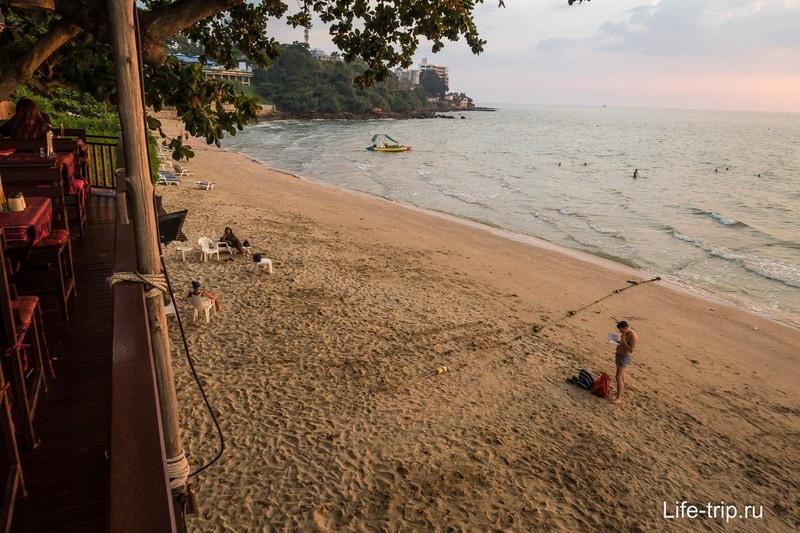 Вид на пляж с террасы ресторана
