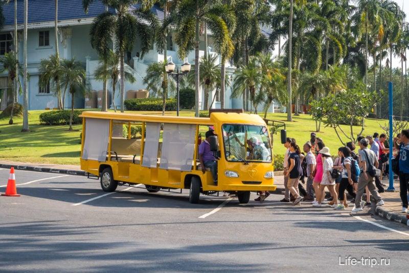 Желтый электрокар для туристических групп