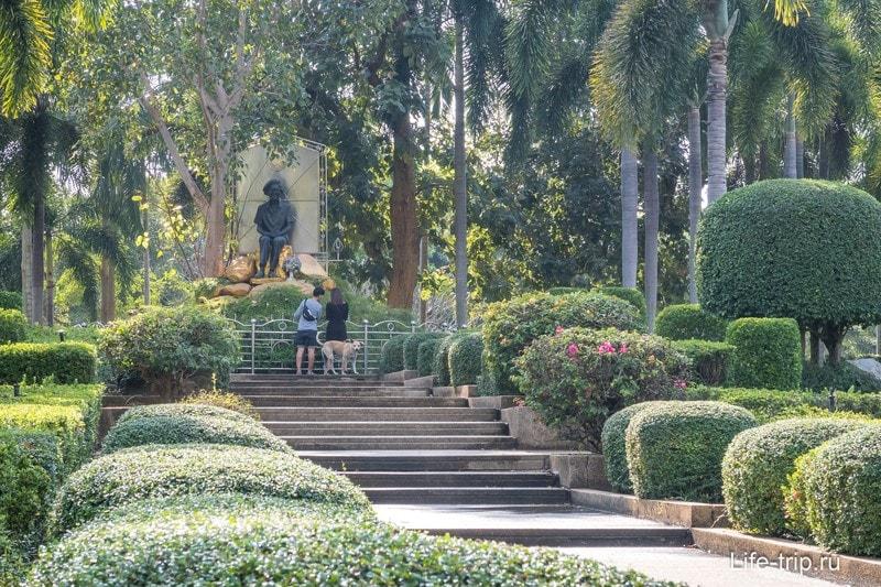 Скульптуры и дорожки на территории храмового комплекса