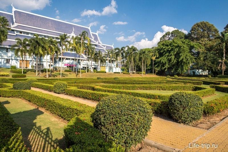Зеленая и ухоженная территория вокруг храмов