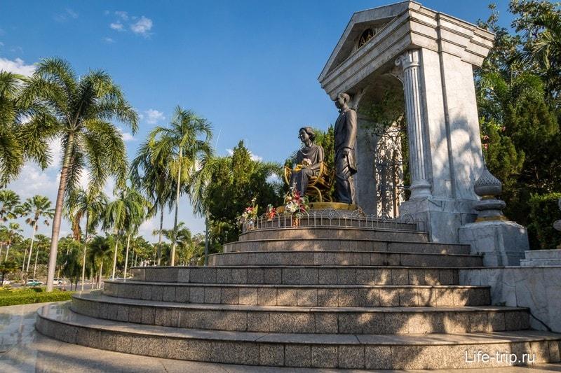 Памятник монаршим особам на территории храмового комплекса