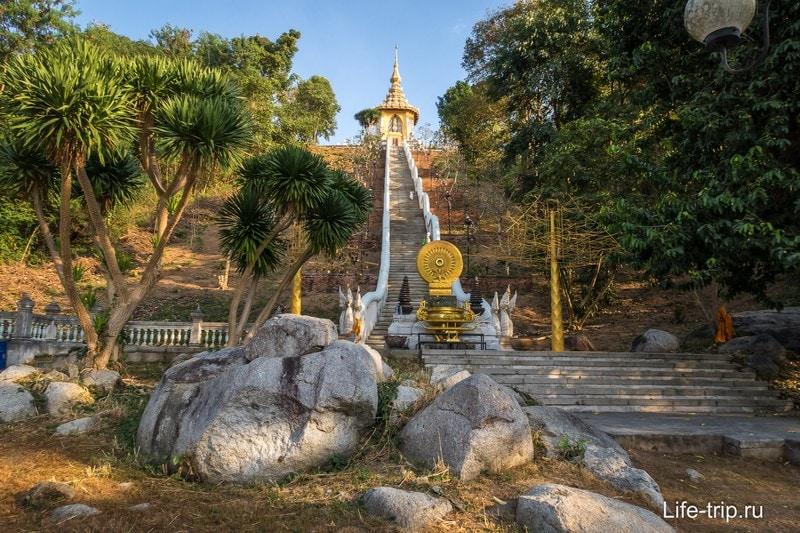 Храм Пхра Мондоп с отпечатком стопы Будды
