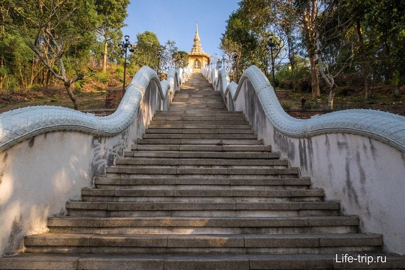 Лестница к храму Пхра Мондоп