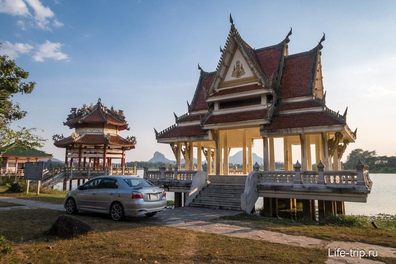 Беседки-павильоны на берегу пруда рядом с храмовым комплексом