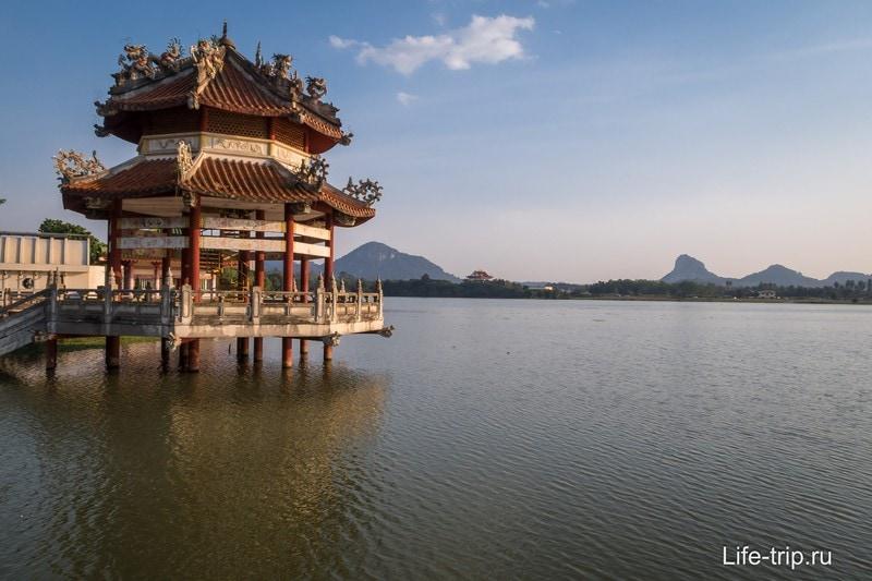 Беседка  и гора Золотого Будды вдали