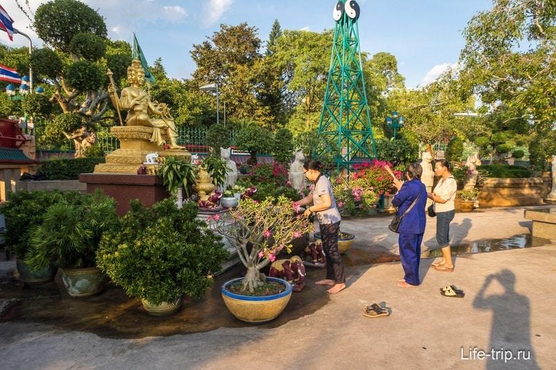 Небольшой садик на территории храма
