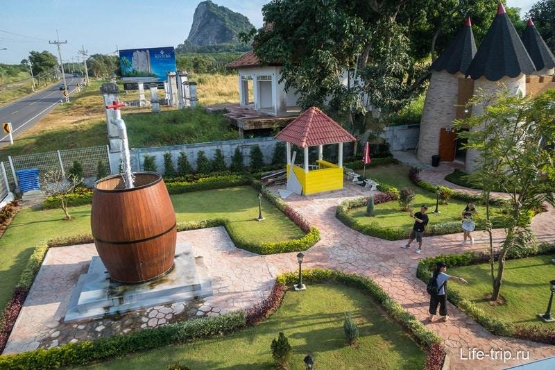 Вид на территорию с маленьким парком, прилегающим к дому