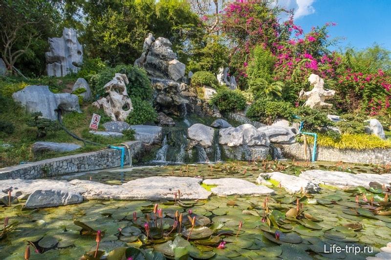 Искусственный водопад и лотосы