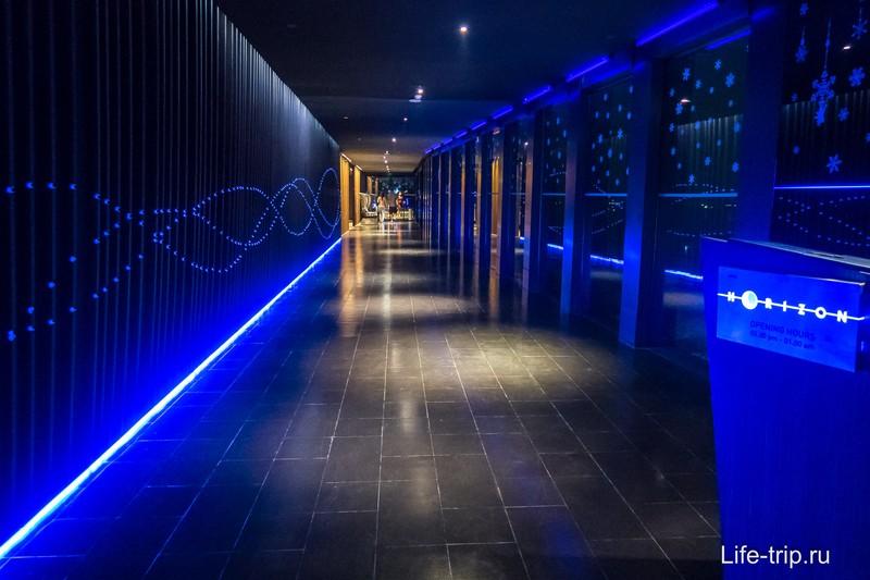 Темный коридор с подсветкой ведет в ресторан
