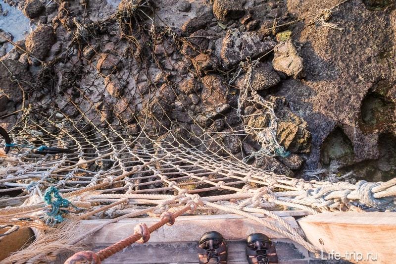 Веревочная лестница, по которой предстоит подниматься всем