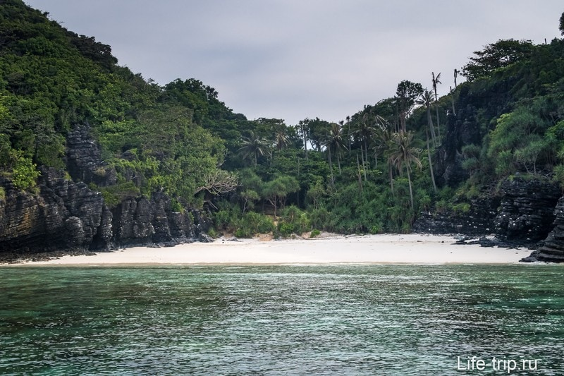 Пляж Нуи (Nui Beach) на Пхи-Пхи Доне - дикий пятачок в джунглях