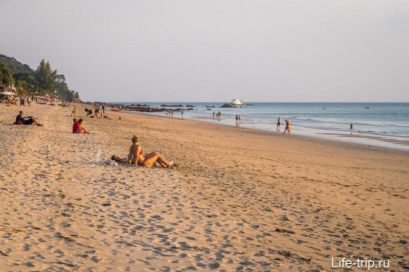 Пляж Клонг Нин вечером при отливе
