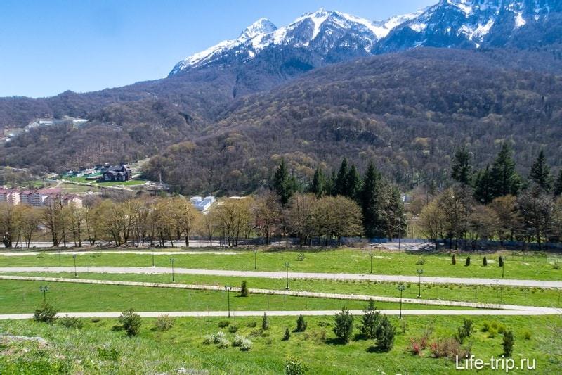 Вид в сторону улицы Защитников Кавказа и речки