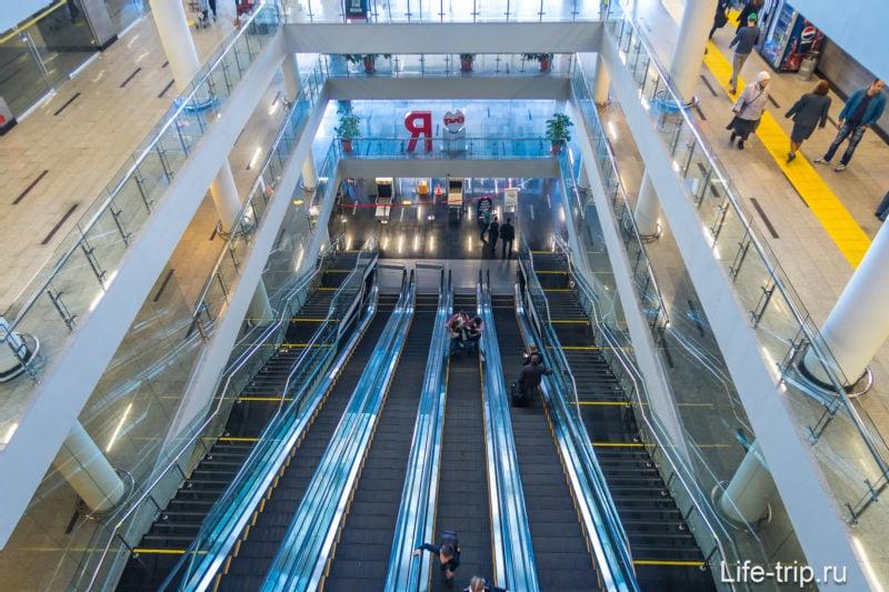 ЖД вокзал Адлера, вид на первый этаж, выход к морю