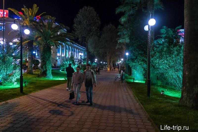 Навагинская улица в Сочи, вечером