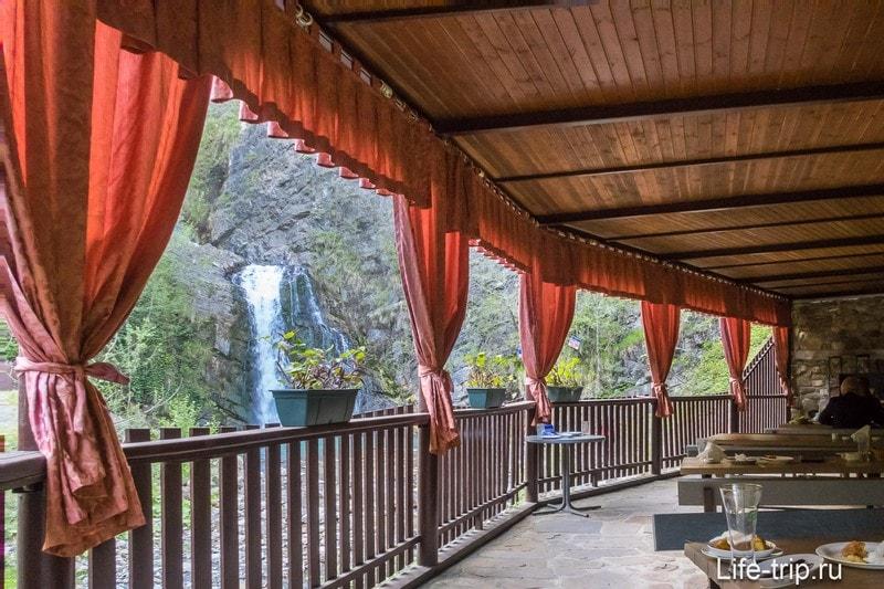 """Кафе """"Змейка"""" на нижнем водопаде"""