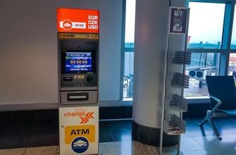 Банкомат с долларами и евро в транзитной зоне аэропорта Праги