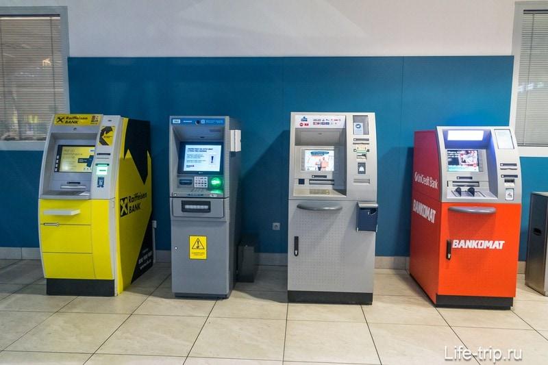 Банкоматы на первом этаже в аэропорту Праги