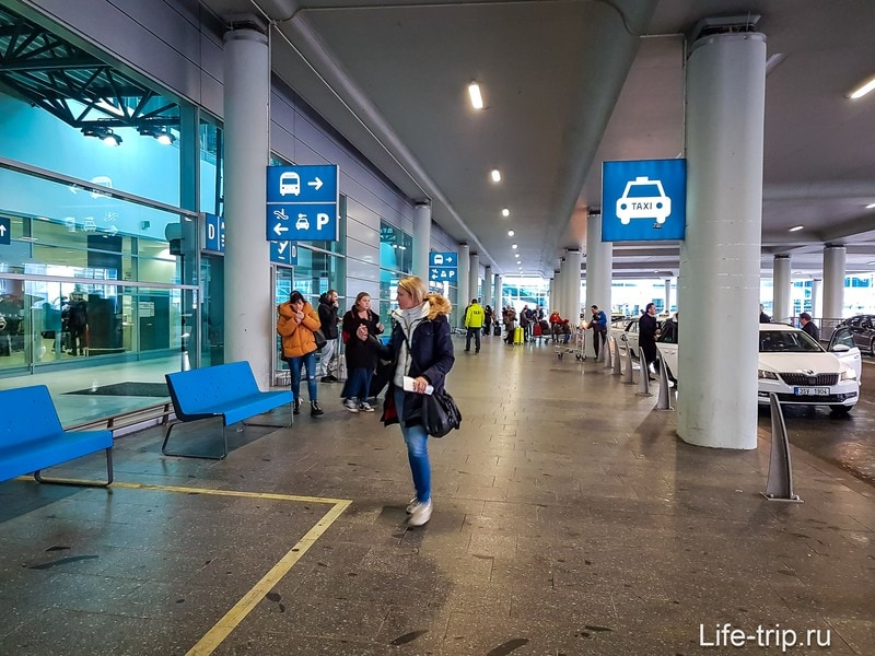 Остановка такси в аэропорту Праги сразу при выходе на улице