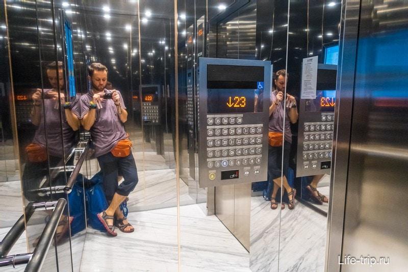 Лифт очень быстрый, до 26 этажа моментом