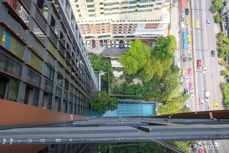 Вид с 26го этажа на бассейн